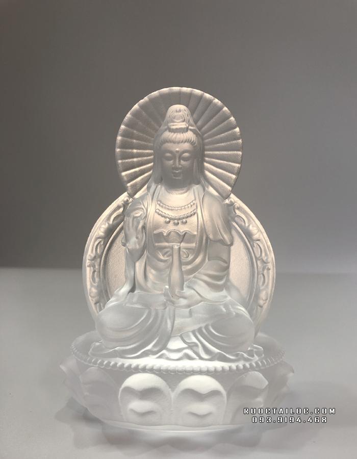 Tượng Phật Quan Âm lưu ly màu trắng sẽ là lựa chọn phù hợp cho gia chủ mệnh Thuỷ