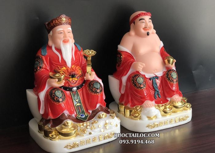 Thần Tài và Ông Địa ngồi trên thỏi vàng lớn, chân đặt trên núi vàng, tay Thần Tài cầm ngọc như ý với ngụ ý mang đến tài lộc, cuộc sống ấm no, như ý cho gia chủ