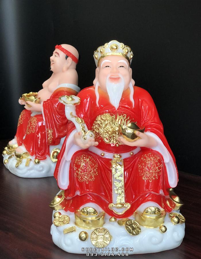 Tượng Thần Tài một tay cầm gậy ngọc như ý, tay kia cầm đĩnh vàng tượng trưng cho quyền lực tài lộc, được như ý thuận lợi trong công việc và cuộc sống