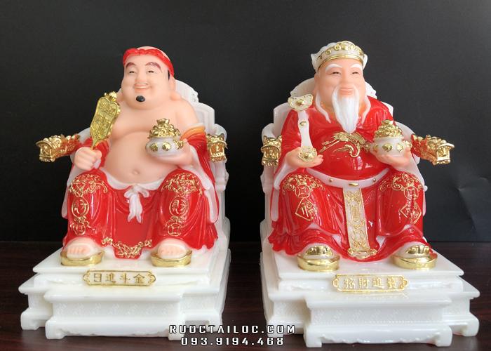 Theo phong thủy, tượng Ông Địa Thần Tài bằng đá đỏ tay nâng hũ vàng phù hợp với hầu hết mọi không gian thờ phụng và cung mệnh của gia chủ.