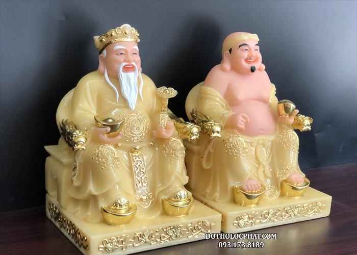 Phần đế của tượng vuông vức kết hợp với những hoạ tiết viền vàng tinh tế mềm mại mang đến sự hài hoà về tổng thể cho bộ tượng