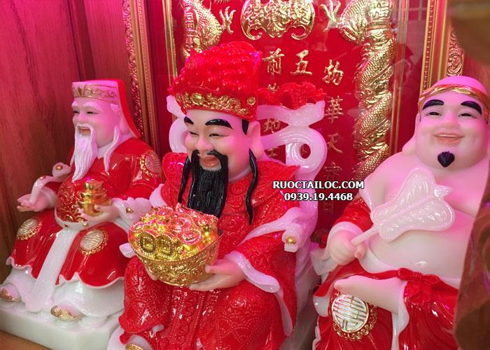Tượng Thần Tiền trong bộ tượng Ông Địa Thần Tài, Thần Tiền y áo đỏ